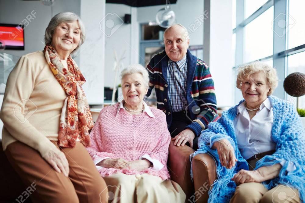 61356038-groupe-de-personnes-âgées-heureux-de-détente-dans-le-café