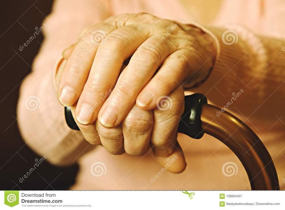 feche-acima-das-mãos-da-mulher-madura-cuidados-médicos-que-dão-lar-de-idosos-amor-parental-avó-doenças-relativas-à-idade-109834457
