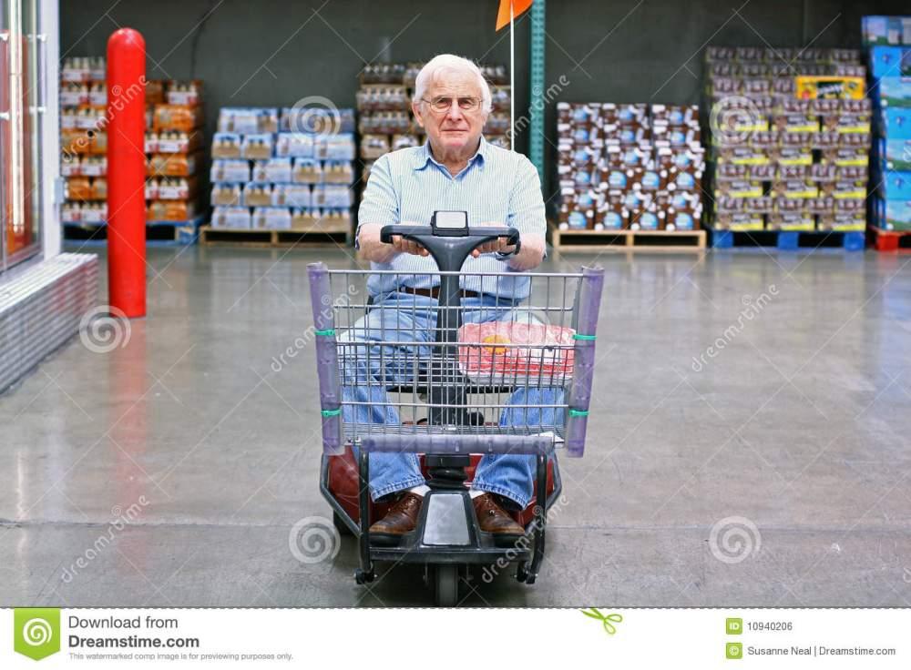 cadeira-de-rodas-motorizada-das-movimentações-idosas-do-homem-10940206
